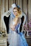 De bruidportret van de manier modieus schoonheid met witte lange krullende haar en hoed stock afbeeldingen