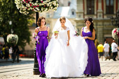 De bruidsmeisjes helpen bruid om op oorringen en halsband te zetten royalty-vrije stock foto