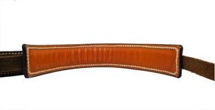 De bruine die riem van het rimpelleer op witte achtergrond met met de hand gemaakte steek wordt geïsoleerd Stock Fotografie
