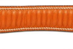 De bruine die riem van het rimpelleer op witte achtergrond met met de hand gemaakte steek wordt geïsoleerd Stock Afbeelding