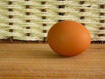 De bruine eieren van lichte kleur treffen voor de vakantie Pasen voorbereidingen tegen de achtergrond van een witte kabel en donk stock foto