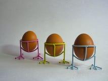 De bruine eieren van lichte kleur treffen voor de vakantie Pasen voorbereidingen tegen de achtergrond van een witte kabel en donk stock foto's