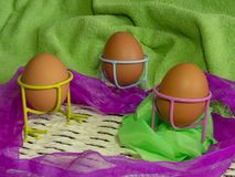 De bruine eieren van lichte kleur treffen voor de vakantie Pasen voorbereidingen tegen de achtergrond van een witte kabel en donk royalty-vrije stock foto's