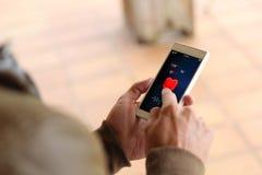 De bruine gezondheid van jonge mensensmartphone royalty-vrije stock afbeelding