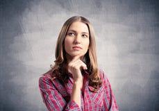 De bruine haired vrouw kijkt pensively upwards royalty-vrije stock foto's