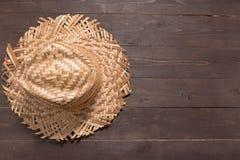 De bruine hoed is op de houten achtergrond Stock Foto