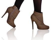 De bruine hoge close-up van hiellaarzen Stock Foto's