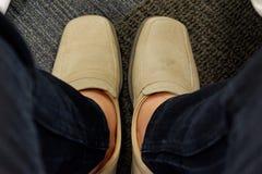 De bruine schoenen brengen het werk aan stock fotografie