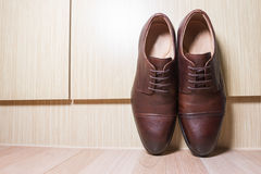 De bruine schoenen van leermensen op houten grond Royalty-vrije Stock Afbeeldingen
