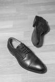 De bruine schoenen van leermensen op houten grond, ontbreken concept, zwart-witte filter Royalty-vrije Stock Afbeeldingen