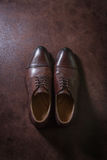 De bruine schoenen van leermensen op leerachtergrond, boven schot Royalty-vrije Stock Foto's