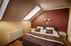 De bruine slaapkamer van de themazolder royalty-vrije stock foto's