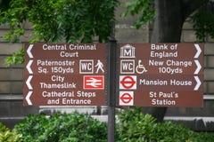 De bruine Toeristen ondertekenen in Centraal Londen, het UK Stock Foto