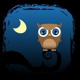 De bruine uil zit in een boom met de maan Royalty-vrije Stock Afbeelding