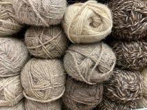 De bruine wol van het vlees van de garens ligt prachtig in de opslag royalty-vrije stock afbeeldingen