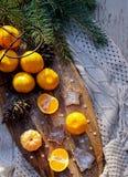 De brunches van de de koekjesspar van de mandarijnenwafel, denneappels op houten keuken schepen in rustieke stijl op witte houten stock fotografie