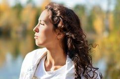 De brunette bij de zon Stock Afbeeldingen