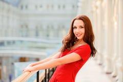 De brunette houdt op leuning Stock Foto's