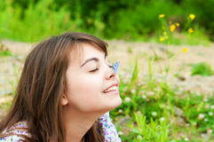 De brunette met een blauwe vlinder Stock Afbeeldingen