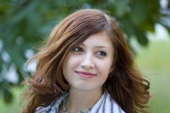 De brunette van de schoonheid in een park Royalty-vrije Stock Fotografie