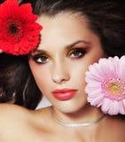 De brunette van de schoonheid met bloemen Stock Foto's