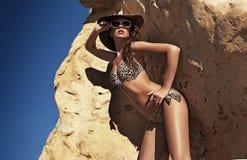 De brunette van de schoonheid op tropisch eiland Royalty-vrije Stock Foto