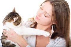De brunette van Nice met een kat Stock Afbeeldingen