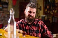 De brutale hipster gebaarde mens zit bij barteller Vrijdag avond Hipster het ontspannen bij bar Bar ontspannende plaats om drank  royalty-vrije stock afbeelding