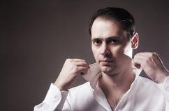 De brutale man in een wit overhemd Royalty-vrije Stock Foto's