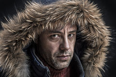 De brutale mens kleedde zich in de winterkleren. Stock Afbeeldingen