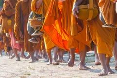De buddistiska munkarna gick på trottoaren arkivbilder