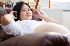 De buik van de mooie Aziatische zwangere vrouw Royalty-vrije Stock Afbeeldingen