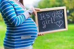 De buik van de zwangere vrouw en schoolbord Stock Afbeelding