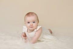 De Buiktijd van het babymeisje het Glimlachen Stock Afbeeldingen
