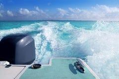 De buitenboordachtersteven van de boot met het Caraïbische schuim van de steunwas stock afbeeldingen