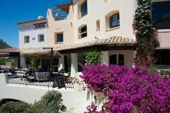 De buitenbouw met bloemen in Porto Cervo royalty-vrije stock afbeeldingen