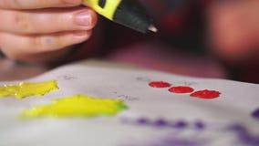 De buitengewoon brede jongenshand gebruikt een 3D pen Hij creeert vormen van rood ABS plastiek stock videobeelden