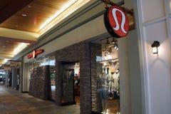 De buitenkant en het teken van de Lululemonopslag op het Ala Moana Centrum Stock Afbeeldingen