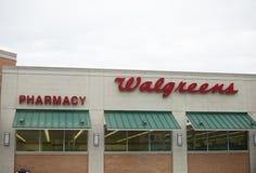 De Buitenkant en het Teken van de Walgreensopslag Walgreens is de grootste drug in het klein verkopende ketting in de Verenigde S stock foto's