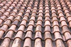 de buitenkant van daktegels dietails van het Livonia-Ordekasteel werd gebouwd in het midden van de 15de eeuw Bauska Letland Stock Foto's