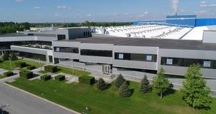 De buitenkant van een grote moderne productie-installatie of een fabriek, industriële buiten, moderne productiebuitenkant stock video