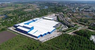 De buitenkant van een grote moderne productie-installatie of een fabriek, industriële buiten, moderne productiebuitenkant stock videobeelden