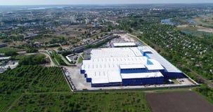De buitenkant van een grote moderne productie-installatie of een fabriek, industriële buiten, moderne productiebuitenkant stock footage