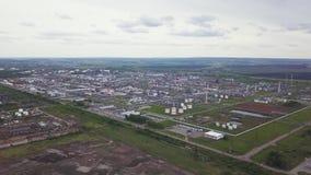 De buitenkant van een grote moderne productie-installatie of een fabriek, industriezone, moderne productiebuitenkant, satellietbe stock video