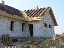 De Buitenkant van het dakwerkhuis Een dak in aanbouw plaats met stapels daktegels klaar om openlucht vast te maken Stock Foto