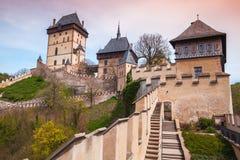 De buitenkant van het Karlstejnkasteel Gotisch kasteel royalty-vrije stock foto's