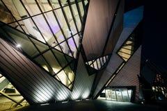 De buitenkant van het Koninklijke Museum van Ontario bij nacht, in Discov Royalty-vrije Stock Foto