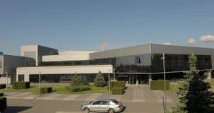 De buitenkant van moderne pakhuis of fabriek, de installaties van de tegelfabrikant, keramiek betegelt productie, buitenkant van  stock footage