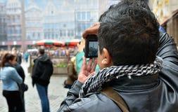 De buitenlandse toerist neemt beelden op Grand Place Royalty-vrije Stock Foto's