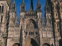 De buitenmening van Rouen Heilige Cathedrale in duidelijke hemel royalty-vrije stock foto's